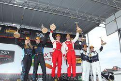 Yarış kazananı #63 Scuderia Corsa Ferrari 458 İtalya: Bill Sweedler, Townsend Bell, ikinci #007 TRG-