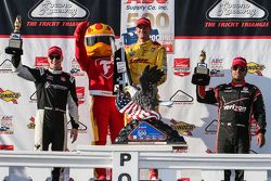 Le vainqueur Ryan Hunter-Reay, Andretti Autosport Honda, le deuxième, Josef Newgarden, CFH Racing Chevrolet, le troisième, Juan Pablo Montoya, Team Penske Chevrolet