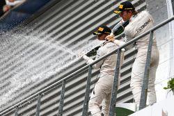 El ganador, Lewis Hamilton y segundo lugar, Nico Rosberg, Mercedes AMG F1 W06