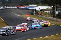 Todd Kelly, Nissan Motorsport y David Wall, Garry Rogers Motorsports Volvo choque