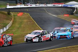 Todd Kelly, Nissan Motorsport y David Wall, Garry Rogers Motorsports Volvo choque