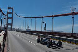 James Hinchcliffe vervoert de Astor Cup over de Golden Gate Bridge