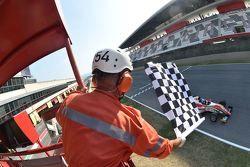 Ralf Aron, Prema Power Team, taglia per primo il traguardo