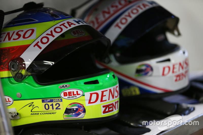 Helm para pembalap Toyota Racing