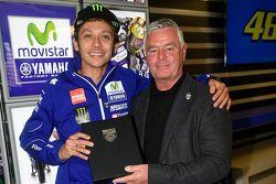 Valentino Rossi, Yamaha Factory Racing accetta la carica di membro onorario del BRDC dal presidente Derek Warwick