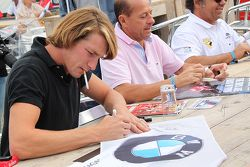 Freddie Hunt and Roberto Moreno sign autographs
