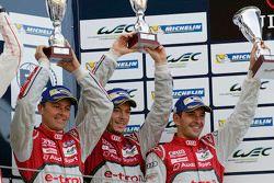 منصة التتويج المركز الثالث: السيارة رقم 7 فريق أودي سبورت جوست آر18 إي-ترون كواترو: مارسل فاسلر، أند