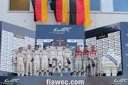 Podium: les vainqueurs Timo Bernhard, Mark Webber, Brendon Hartley, Porsche Team, deuxième place pour Romain Dumas, Neel Jani, Marc Lieb, troisième place pour Marcel Fässler, Andre Lotterer, Benoit Tréluyer, Audi Sport Team Joest