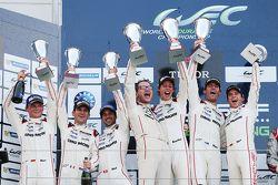Pódio LMP1: Timo Bernhard, Mark Webber, Brendon Hartley, Porsche Team, e Romain Dumas, Neel Jani, Ma