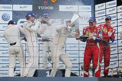 GTE Pro podium: ganadores, Richard Lietz, Michael Christensen, Porsche Team, segundo Lugar, Frédéric