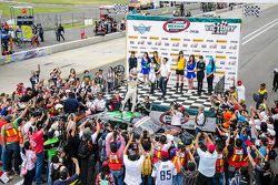 Ganador de la carrera Irwing Vences, M Racing celebra en Victory Line
