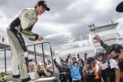 Ganador de la carrera Irwing Vences, M Racing celebra en el podio