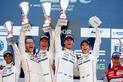 Podio: vincitori Timo Bernhard, Mark Webber, Brendon Hartley, Porsche Team