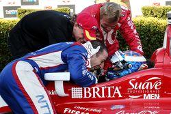 Yarış galibi ve seri şampiyonu Scott Dixon, Chip Ganassi Racing Chevrolet ile Sage Karam ve Tony Kan