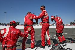 I membri del team Chip Ganassi Racing festeggiano