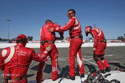 Члены команды Chip Ganassi Racing празднуют