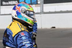 Miembro del equipo Andretti Autosport con el casco de Justin Wilson.