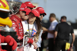 Le vainqueur de la course et champion IndyCar 2015 Scott Dixon, Chip Ganassi Racing Chevrolet avec sa femme Emma