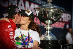 Yarış galibi ve seri şampiyonu Scott Dixon, Chip Ganassi Racing Chevrolet ve eşi Emma