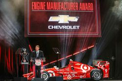Il vice persidente di Chevrolet U.S. Performance Vehicles and Motorsports Jim Campbell riceve il Ver