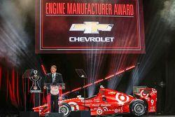 Chevrolet U.S. vicepresidente Vehículos de rendimiento y deportes de motor Jim Campbell recibe el Pr