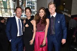 Scott Dixon, Chip Ganassi Racing Chevrolet avec sa femme Emma Davies, et Josef Newgarden