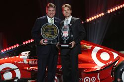 Will Power, Penske Chevrolet Takımı receives Verizon P1 Award from David Small of Verizon