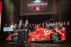 El campeón 2015 Scott Dixon, Chip Ganassi Racing Chevrolet y Chip Ganassi con el equipo