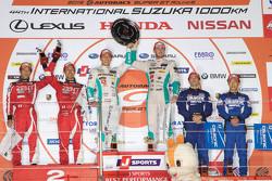 Podio: ganadores de la carrera Daisuke Ito y James Rossiter, segundo lugar Yuji Tachikawa y Ishiura Hiroaki, Zent Cerumo Lexus RC F, el tercer lugar Hironobu Yasuda, Joao Paulo de Oliveira, Nissan Motorsports