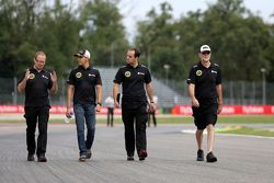 Pastor Maldonado, Lotus F1 Team met ingenieur Mark Slade