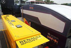Les camions Renault Sport F1 et Red Bull Racing dans le paddock