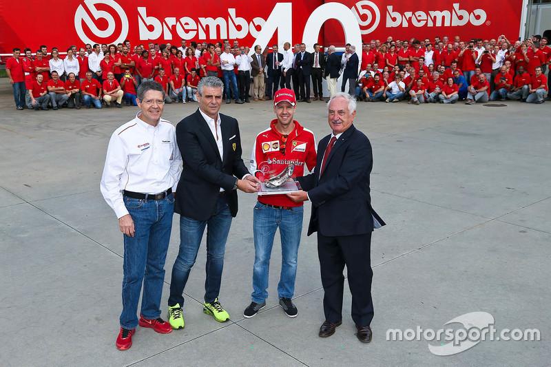 Sebastian Vettel e Maurizio Arrivabene, Ferrari Team Principal alla fabbrica Brembo