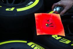 Meccanico McLaren con gli pneumatici Pirelli