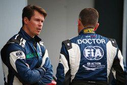 Alan Van Der Merwe, bestuurder FIA Medical Car met Dr Ian Roberts, FIA Dokter