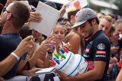 Carlos Sainz, Scuderia Toro Rosso, signe des autographes pour ses fans