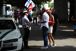 Oficial de policía habla con los fans