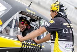 #15 Rubén Pardo, HO Speed Racing plática con un miembro de su equipo