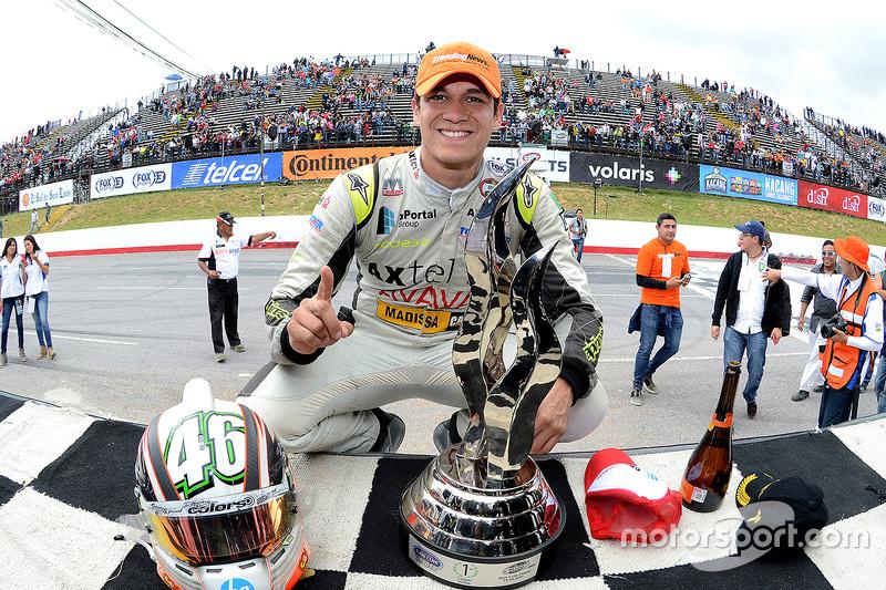 #46 Irwin Vences, M Racing Posa con el trofeo en el podio