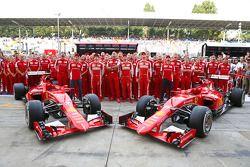 Marc Gene, pilote d'essais Ferrari, Kimi Raikkonen, Ferrari, Maurizio Arrivabene, Ferrari, Team Principal, Sebastian Vettel, Ferrari; Esteban Gutierrez, pilote d'essais et de réserve Ferrari, et Giancarlo Fisichella, Ferrari lors d'une séance photos de l'équipe