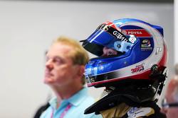 Jolyon Palmer, pilote d'essais et de réserve Lotus F1 E23 avec un hommage à Justin Wilson sur son casque