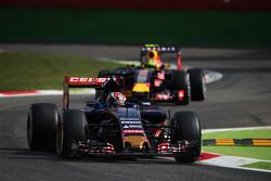 Макс Ферстаппен, Scuderia Toro Rosso STR10 едет впереди Даниила Квята, Red Bull Racing RB11