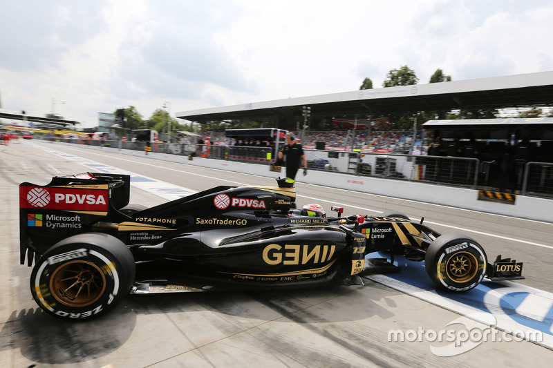Pastor Maldonado, Lotus F1 E23 leaves the pits