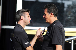 Matthew Carter, director general del equipo de F1 Lotus con Federico Gastaldi, Lotus F1 Team Equipo