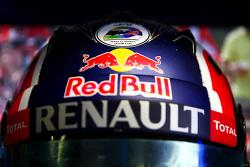 Un sticker Justin Wilson sur le casque de Daniil Kvyat, Red Bull Racing