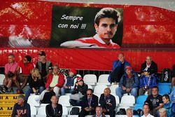 Фанаты на главной трибуне с плакатом в память о Жюле Бьянки