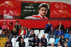 фанати на головній трибуні з a banner для Жуль Бьянкі