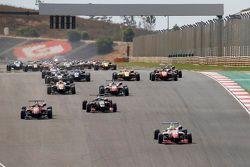 Départ : Jake Dennis, Prema Powerteam Dallara Mercedes-Benz est en tête
