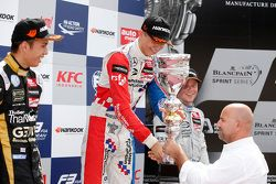 Podium: le deuxième Alexander Albon, Signature, le vainqueur Jake Dennis et le troisième Felix Rosenqvist, Prema Powerteam