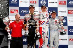 1. Yarış Podyum: İkinci Alexander Albon, Signature ve kazanan Jake Dennis ve üçüncü Felix Rosenqvist