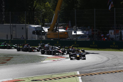 Pierre Gasly, DAMS davanti a Alex Lynn, DAMS and Stoffel Vandoorne, ART Grand Prix at the start